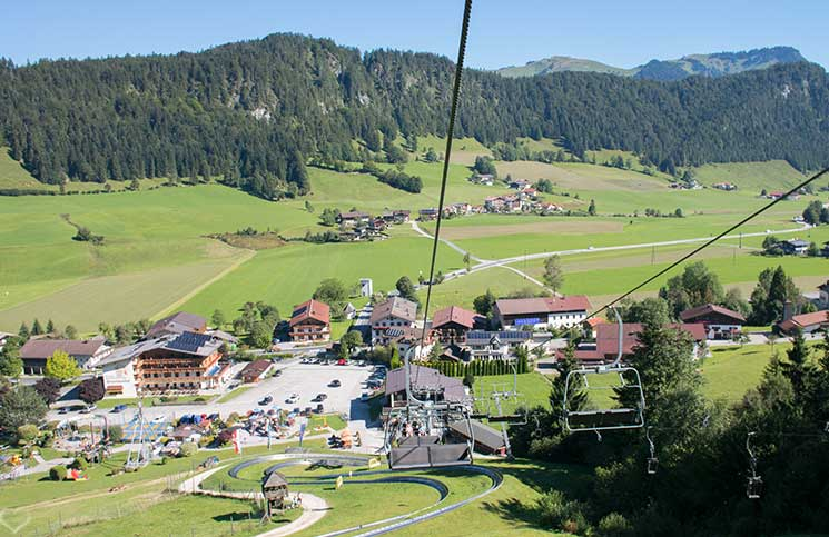 Familienrafting-und-Sommerrodeln-im-Kaiserwinkl-aussicht-auf-den-sessellift