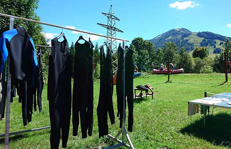 Familienrafting-und-Sommerrodeln-im-Kaiserwinkl-neoprenanzüge-rafting