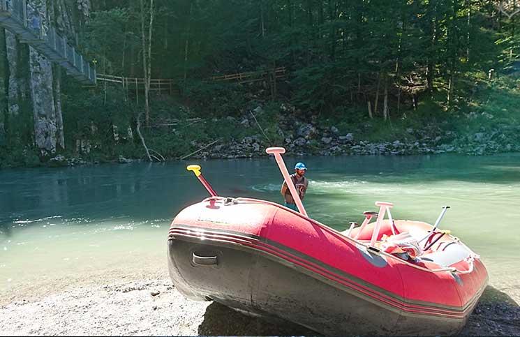Familienrafting-und-Sommerrodeln-im-Kaiserwinkl-rafting-boot