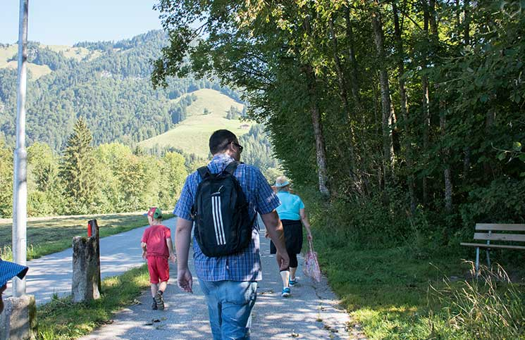 Familienrafting-und-Sommerrodeln-im-Kaiserwinkl-schatzsuche-im-wald
