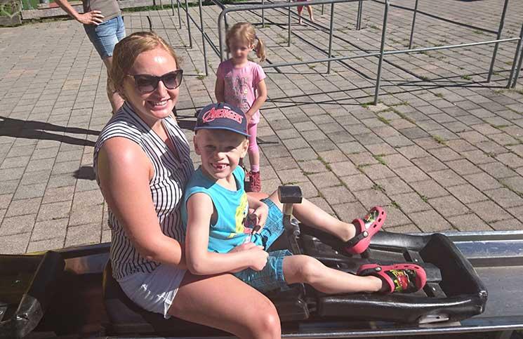 Familienrafting-und-Sommerrodeln-im-Kaiserwinkl-vicky-und-lenny-beim-rodeln