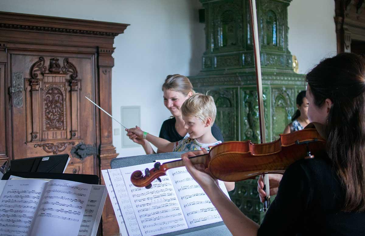 Familientag in Grafenegg - Hokuspokus Musikus lenny beim dirigieren