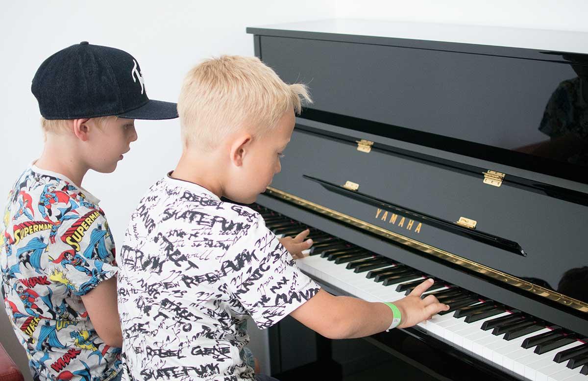 Familientag-in-Grafenegg-Hokuspokus-Musikus-klavier spielen