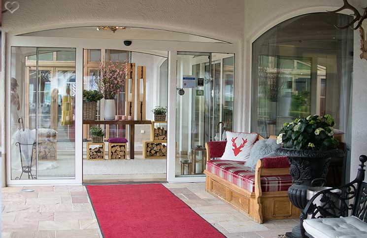 Familienurlaub-im-Hotel-Oberforsthof-in-St.-Johann-Alpendorf-eingangsbereich