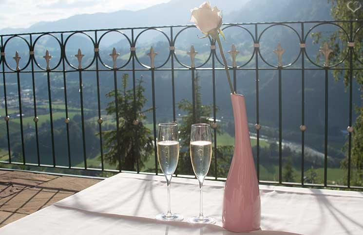 Familienurlaub-im-Hotel-Oberforsthof-in-st.-johann-sekt-auf-der-terrasse