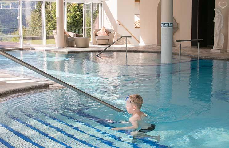 Familienurlaub-im-Hotel-Oberforsthof-indoorpool