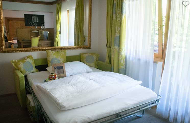 Familienurlaub-im-Hotel-Oberforsthof-kinderbett-mit-extras