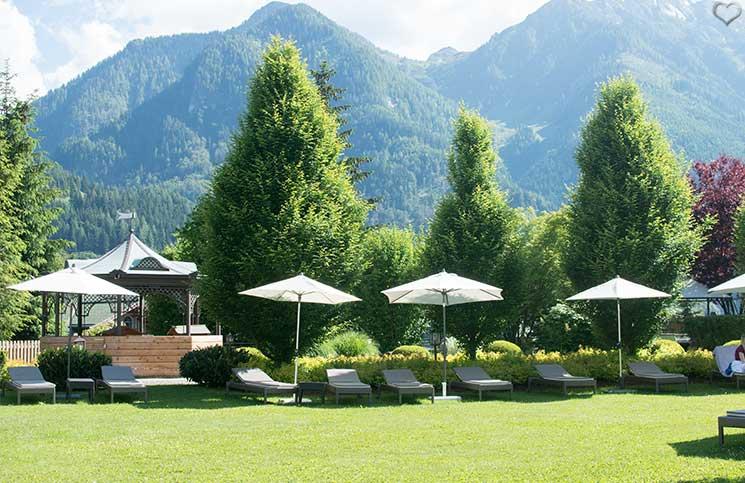 Familienurlaub-im-Hotel-Oberforsthof-liegen-im-garten