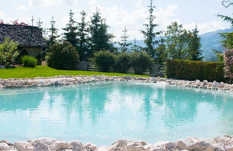 Familienurlaub-im-Hotel-Oberforsthof-naturpool-beim-hotel