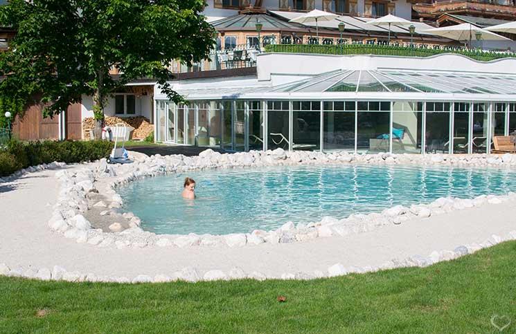 Familienurlaub-im-Hotel-Oberforsthof-outdoorpool-runde-schwimmen