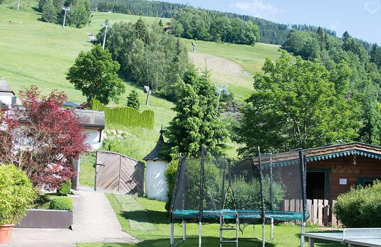 Familienurlaub-im-Hotel-Oberforsthof-riesentrampolin