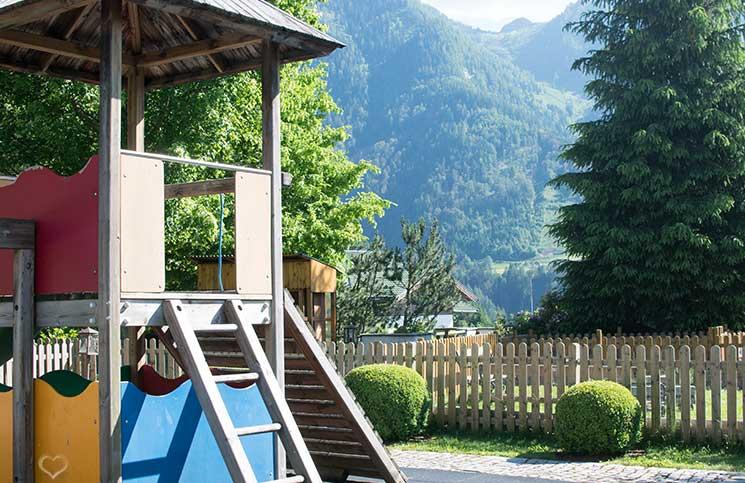 Familienurlaub-im-Hotel-Oberforsthof-spielplatz