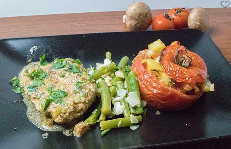 Schweineschnitzel in Zwiebel Sahnesoße, gefüllte Ofen Tomaten Hello Fresh