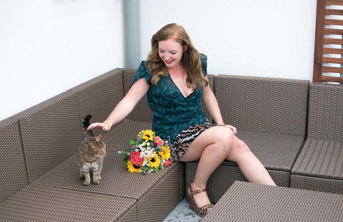 10 Gründe warum ein Leben mit Katze wunderschön ist shooting lady blick nach unten katze streicheln