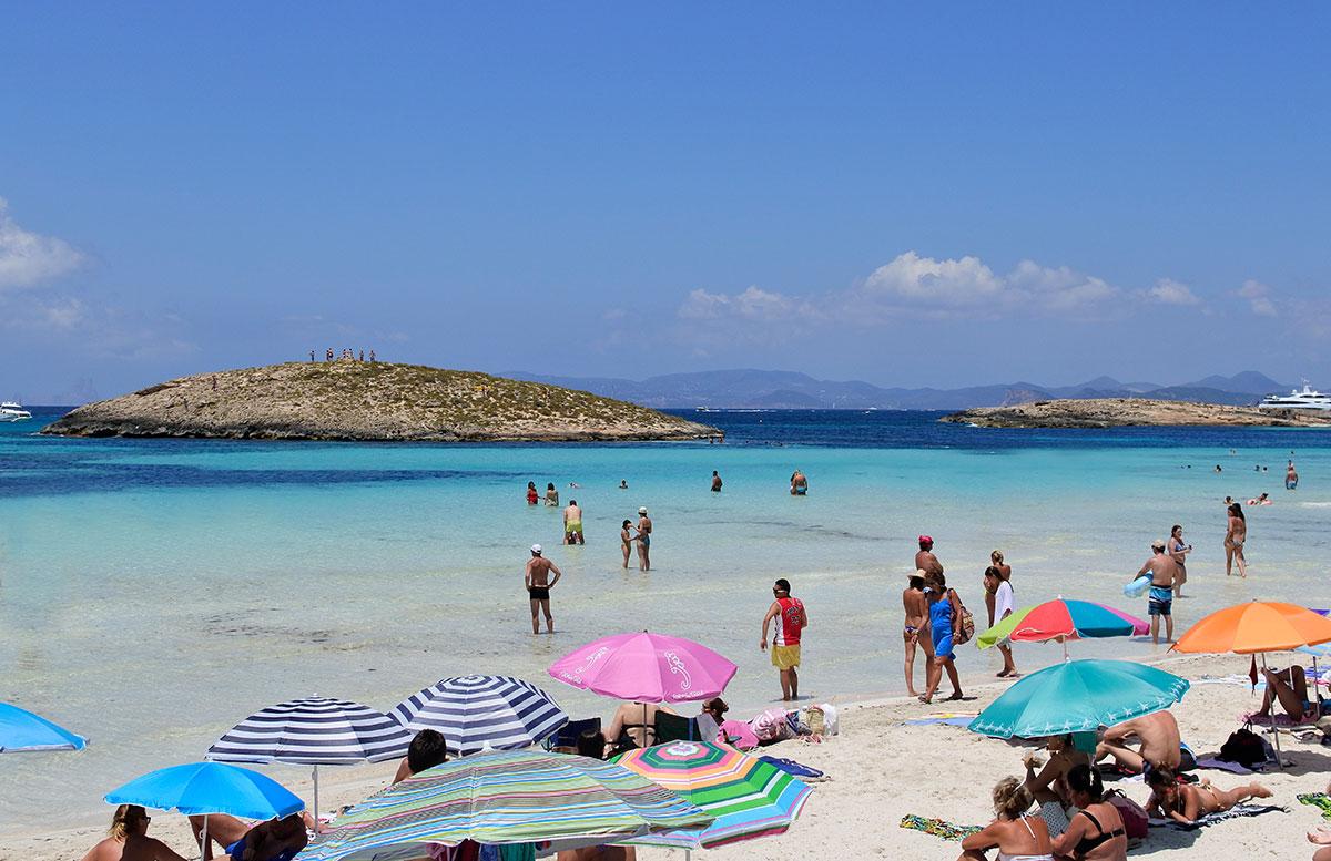 Formentera-Traumstrand-playa-illetes-mit-urlaubern