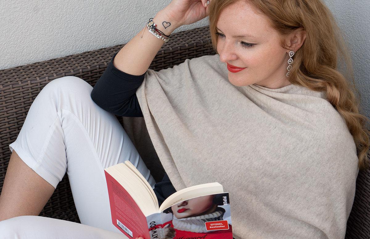 Frühlings-Trend-Accessoire-Cashmere-Poncho-auf-couch-sitzen