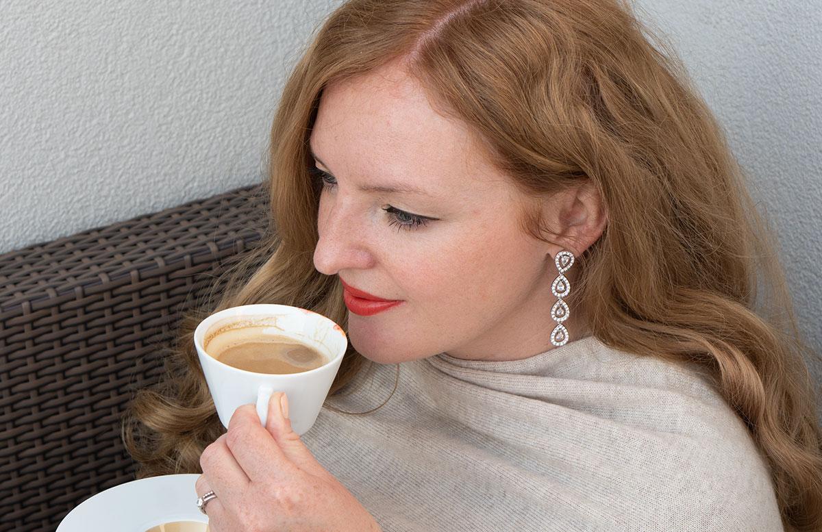 Frühlings-Trend-Accessoire-Cashmere-Poncho-kaffee-trinken