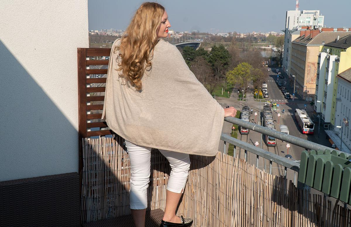 Frühlings-Trend-Accessoire-Cashmere-Poncho-von-hinten#