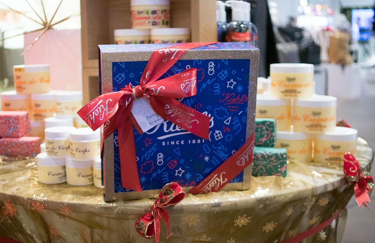 Friendsgiving-mit-Kiehl's-Geschenke-richtig-einpacken-päckchen-fertig-eingepackt.