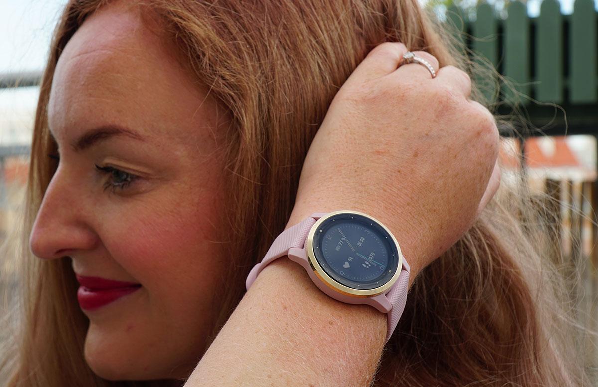 Garmin-vivoactive-4S-Fitness-Smartwatch-VICKY-TRÄGT