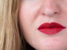 Givenchy-L'Interdit-Eau-de-Toilette-und-Le-Rouge-deep-velvet-detail-mund