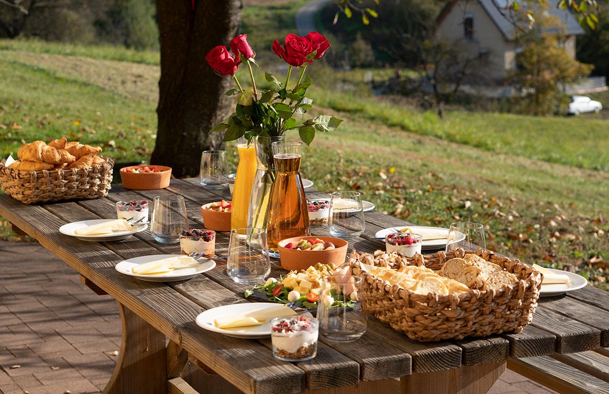 Glamping Resort Chateau Ramsak in Slowenien frühstücks tisch