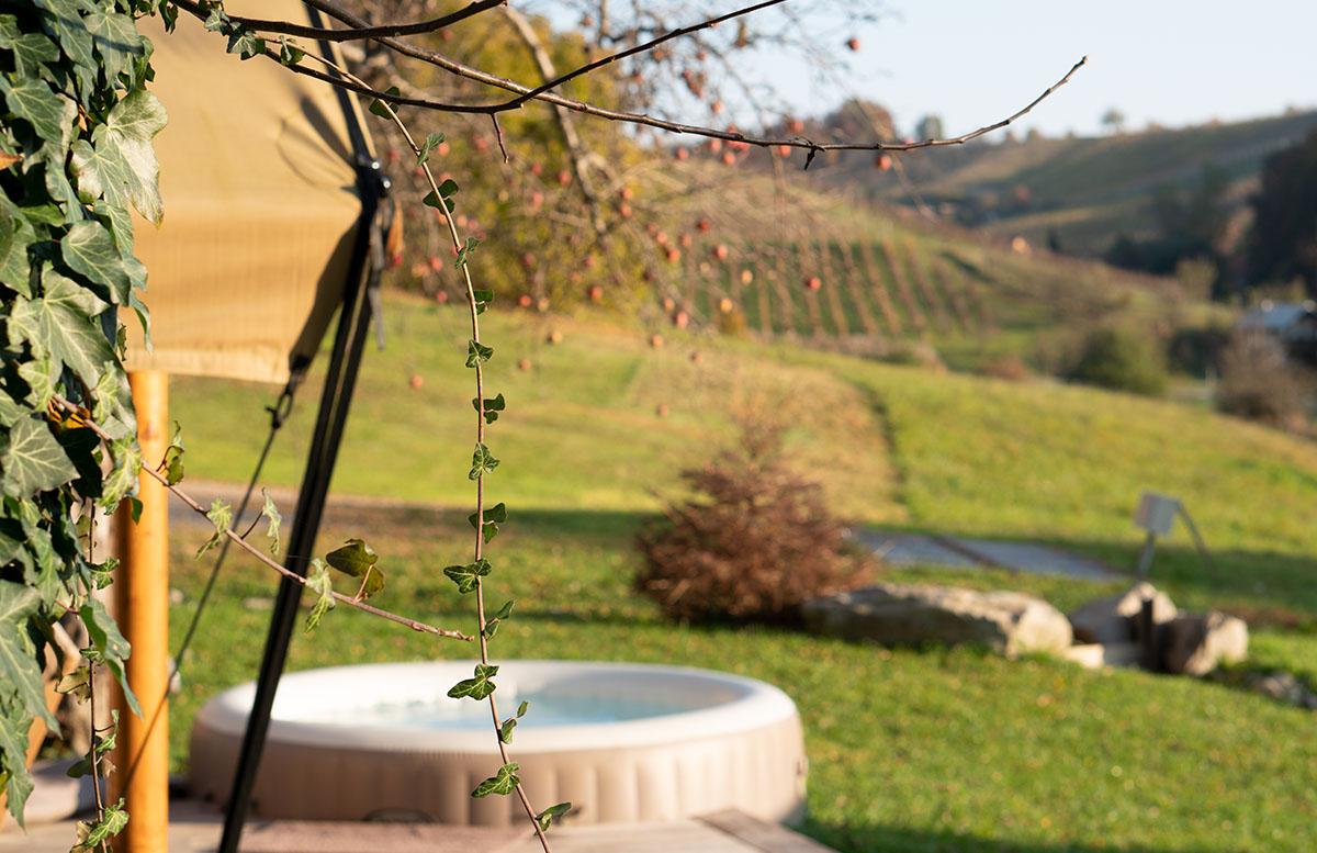 Glamping Resort Chateau Ramsak in Slowenien whirlpool unter dem apfelbaum