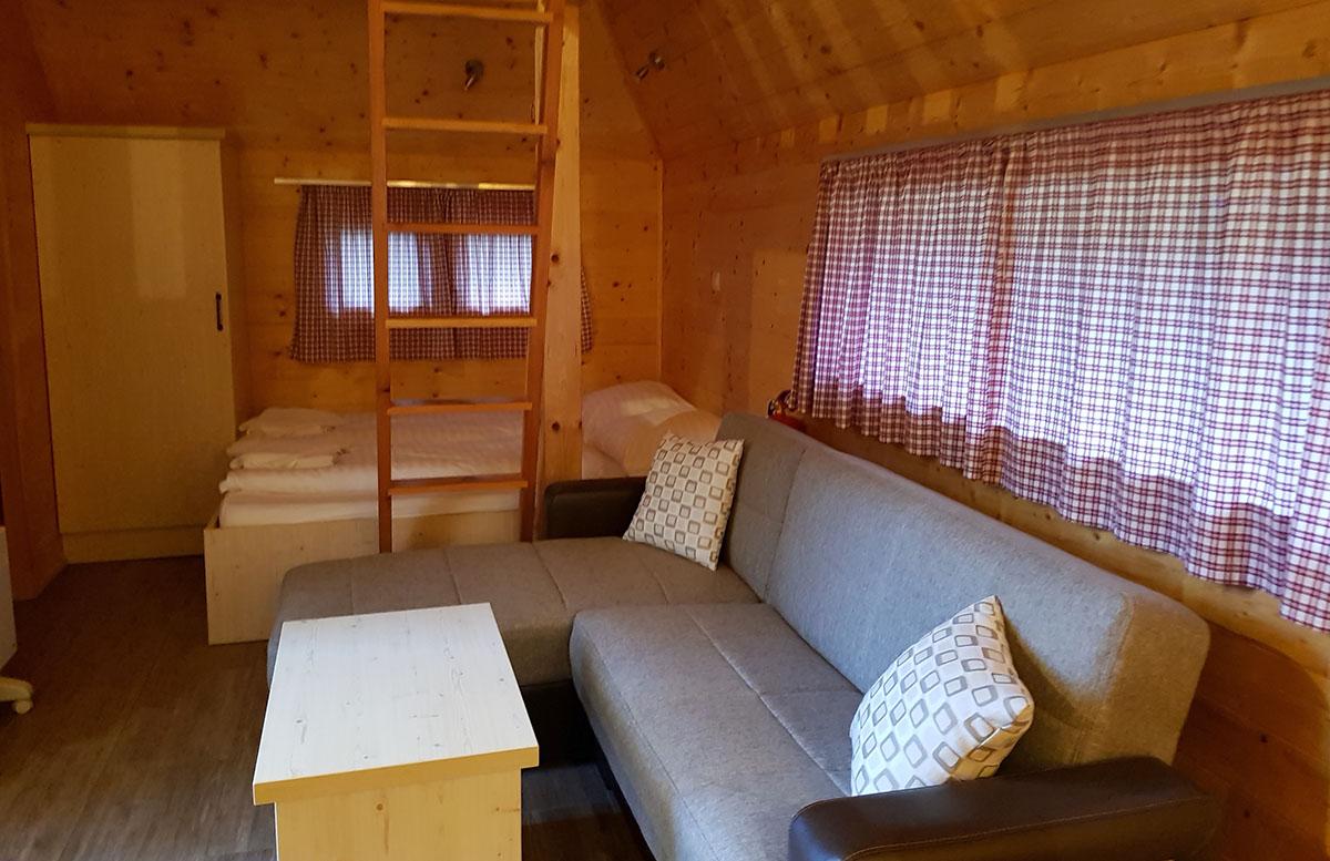 Glamping im Slovenia Eco Resort Kamnik hütten schlafzimmer