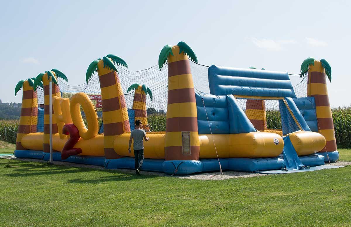 Sommerspaß im H2O Hotel Thermen Resort outdoor rutsche hüpfburg