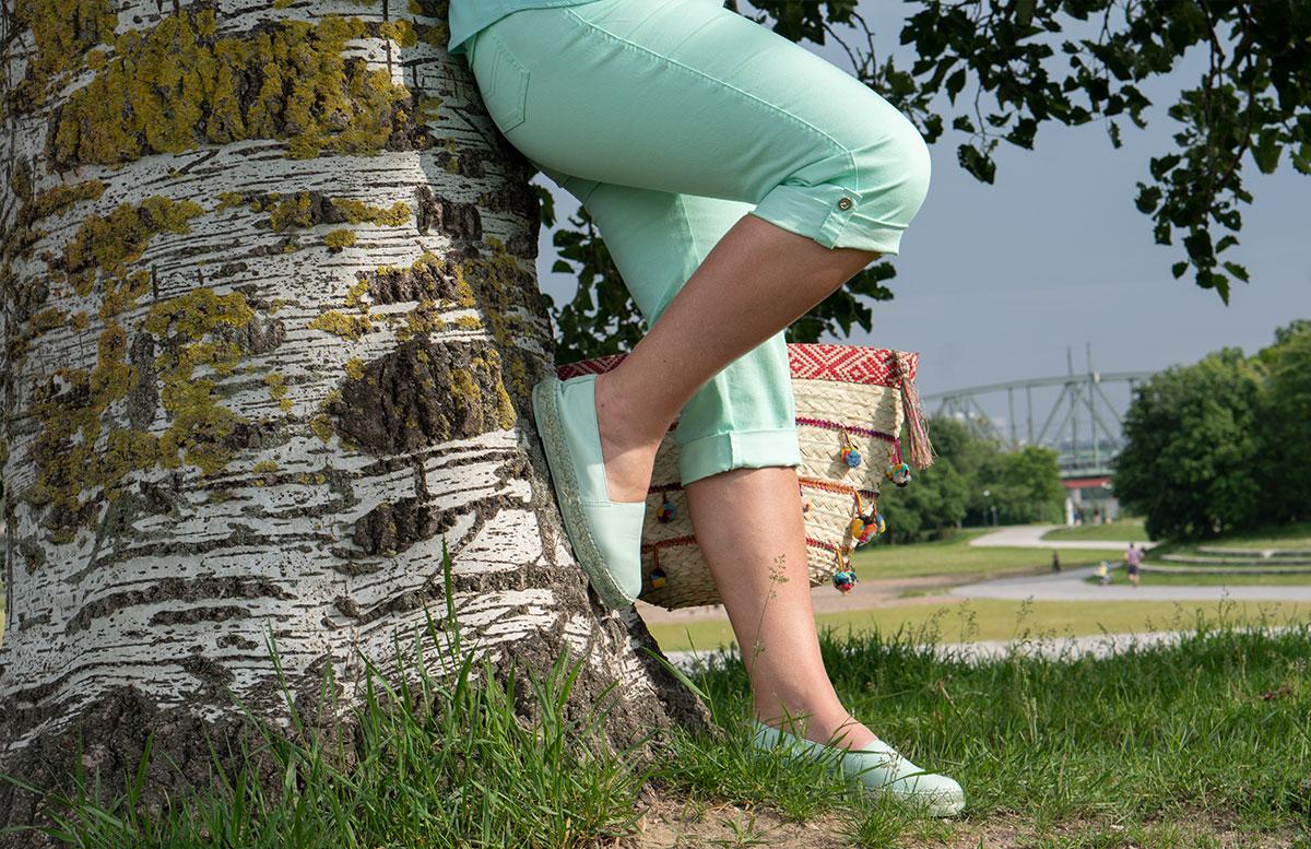 Handtaschen-aus-Bambus-und-Stroh--die-Trend-Accessoires-des-Sommers-detail-schuhe