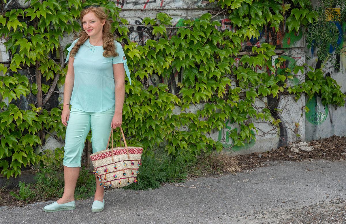 Handtaschen-aus-Bambus-und-Stroh--die-Trend-Accessoires-des-Sommers-tasche-mit-bommel-stehend-an-wand
