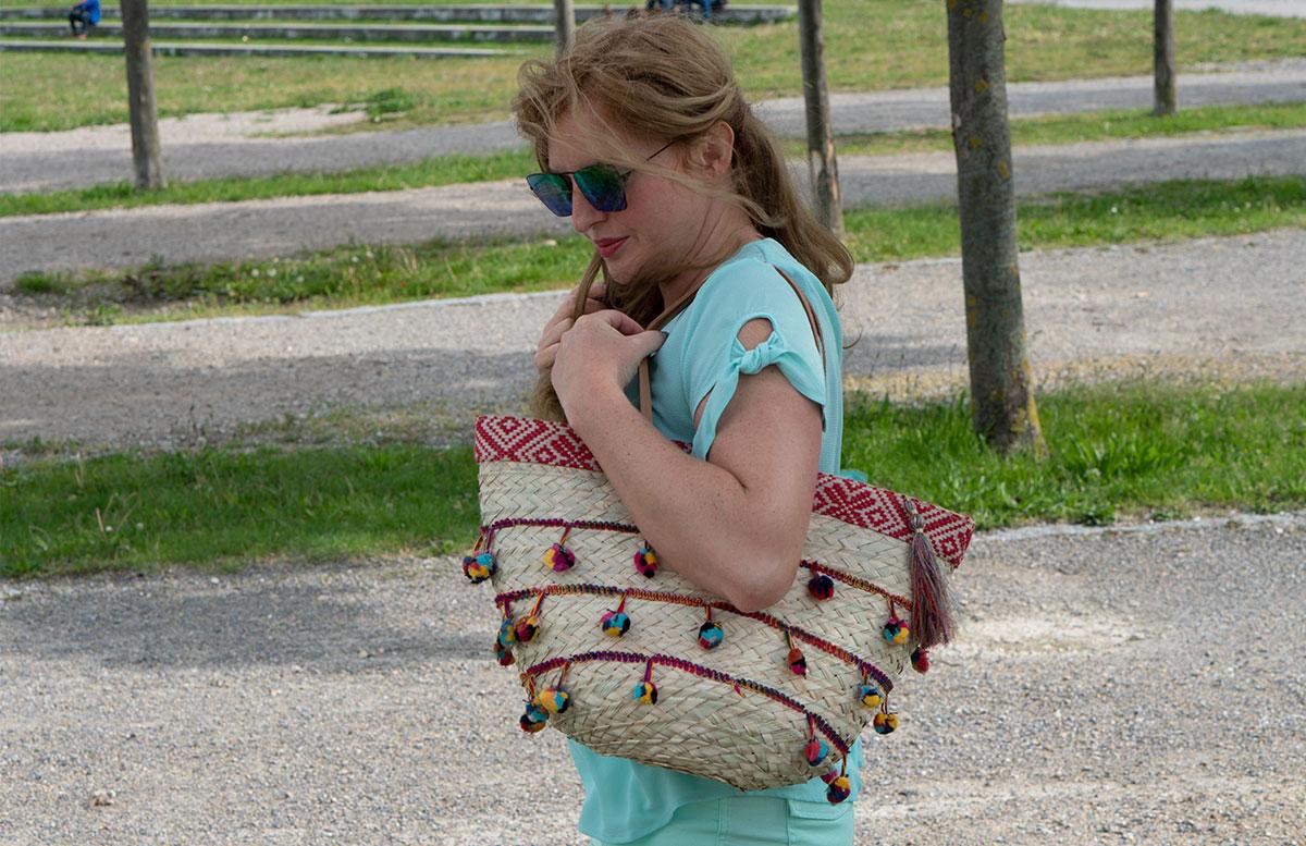 Handtaschen-aus-Bambus-und-Stroh--die-Trend-Accessoires-des-Sommers-tasche-mit-bommel-tragend