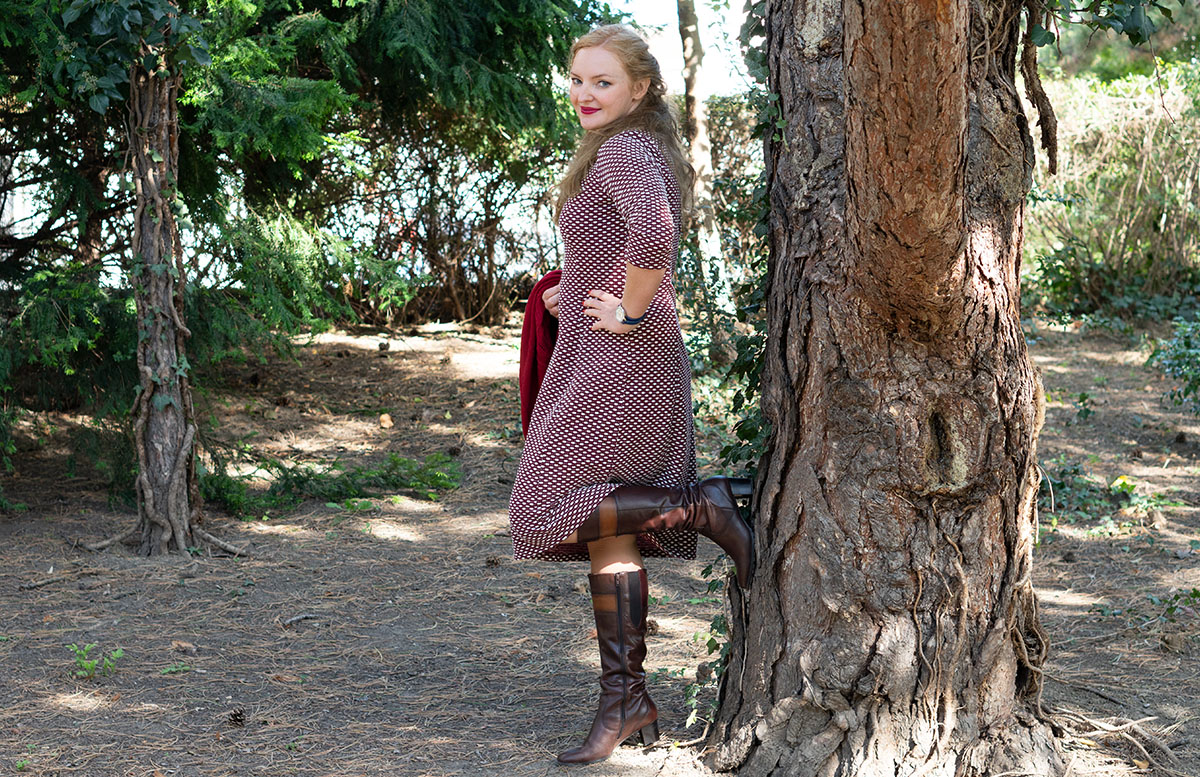 Herbst Outfit in Bordeaux mit Jacquard Kleid stiefel detail betty barclay an baum