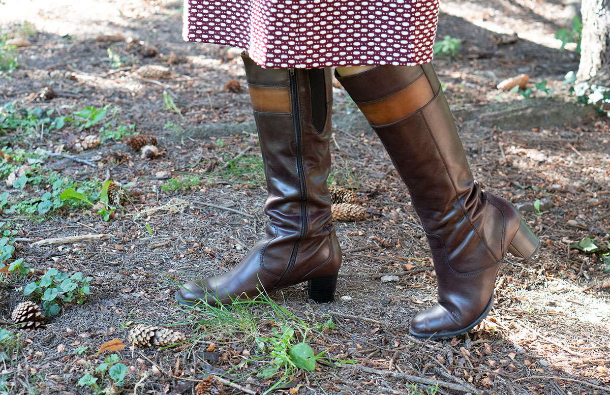Herbst Outfit in Bordeaux mit Jacquard Kleid stiefel betty barclay
