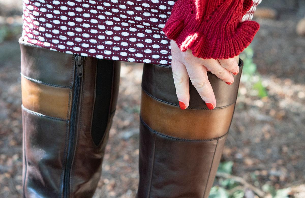 Herbst Outfit in Bordeaux mit Jacquard Kleid stiefel und ärmel volants