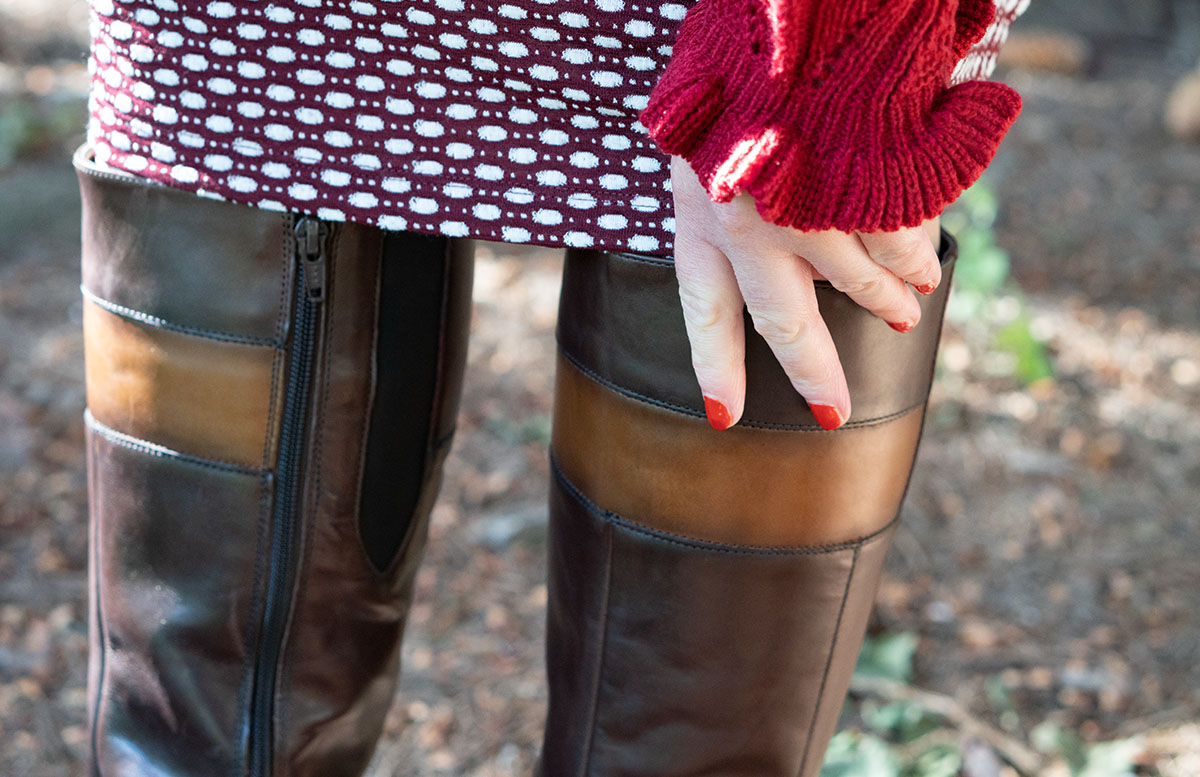 Herbst Outfit in Bordeaux mit Jacquard Kleid stiefel detail ärmel
