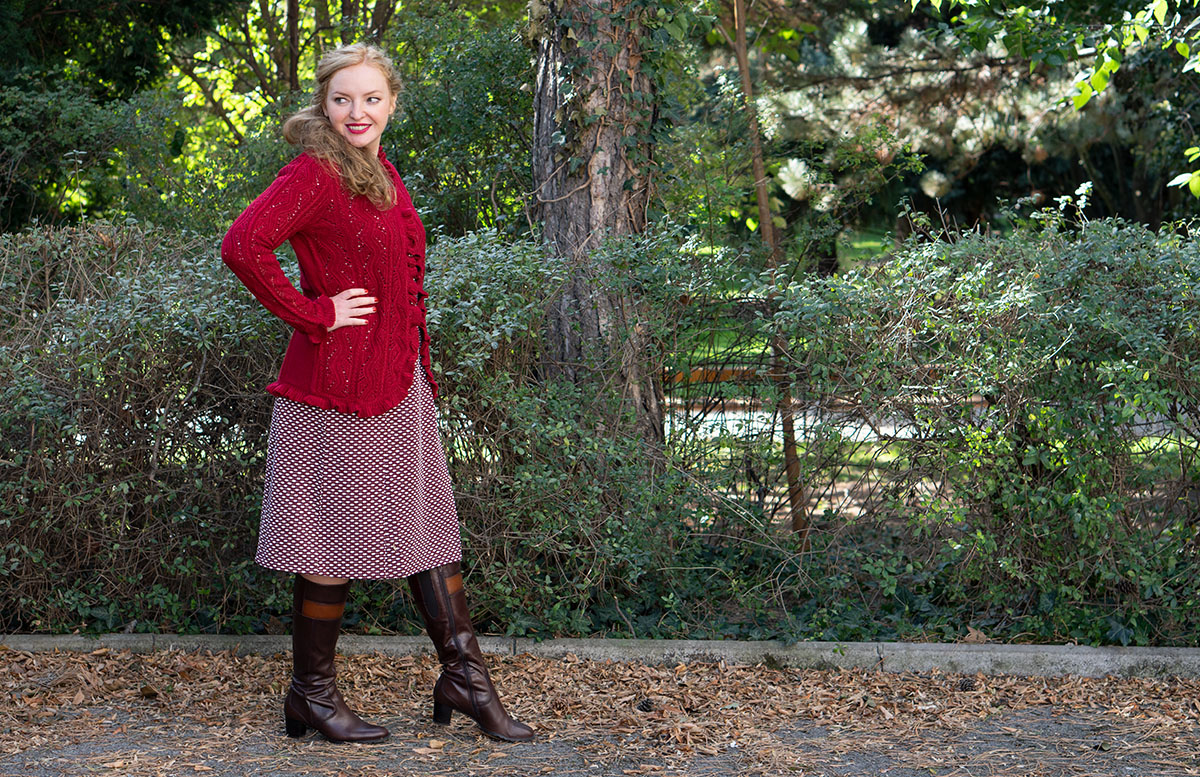 Herbst Outfit in Bordeaux mit Jacquard Kleid strick details outfit stehend