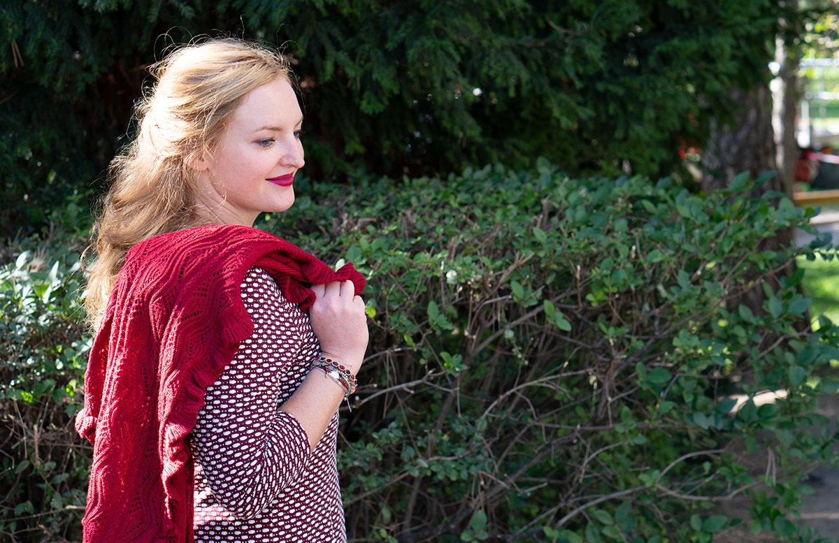 Herbst Outfit in Bordeaux mit Jacquard Kleid detail kleid und haare