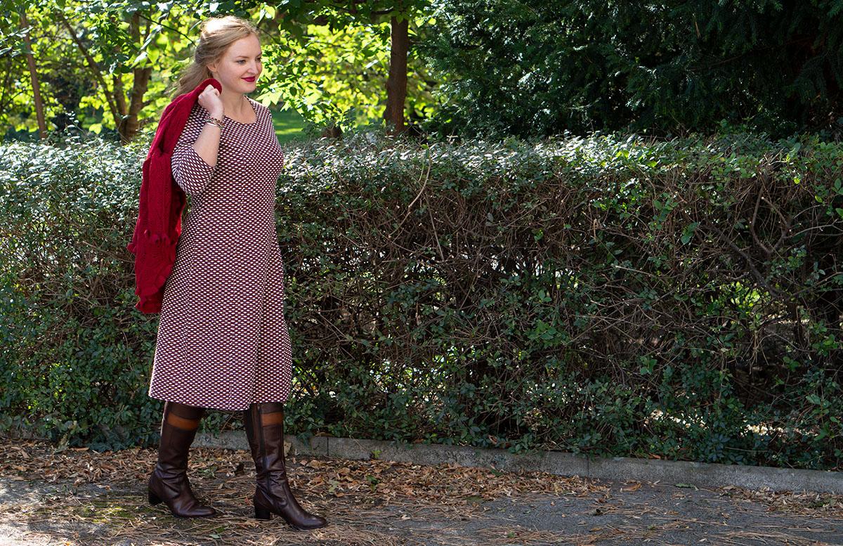 Herbst Outfit in Bordeaux mit Jacquard Kleid detail kleid umgehängte jacke