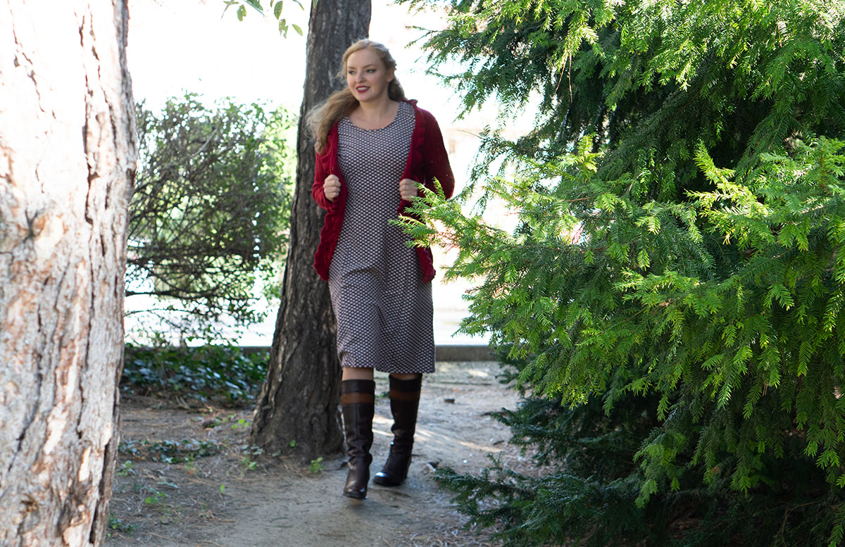 Herbst Outfit in Bordeaux mit Jacquard Kleid stiefel gehend