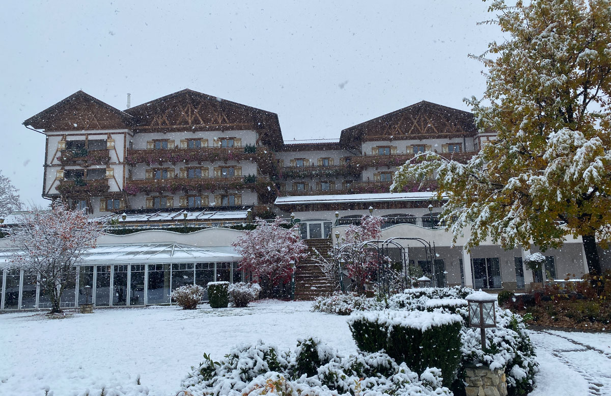 Herbstferien-im-Hotel-Oberforsthof-in-St.-Johann-aussicht-schnee