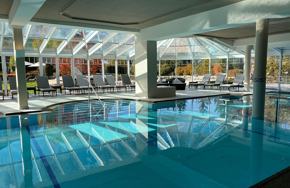 Herbstferien-im-Hotel-Oberforsthof-in-St.-Johann-schwimmbad-seite