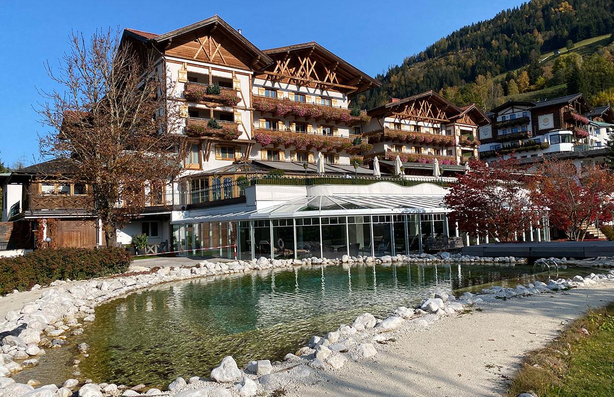 Herbstferien-im-Hotel-Oberforsthof-in-St.-Johann-teich-und-hotel