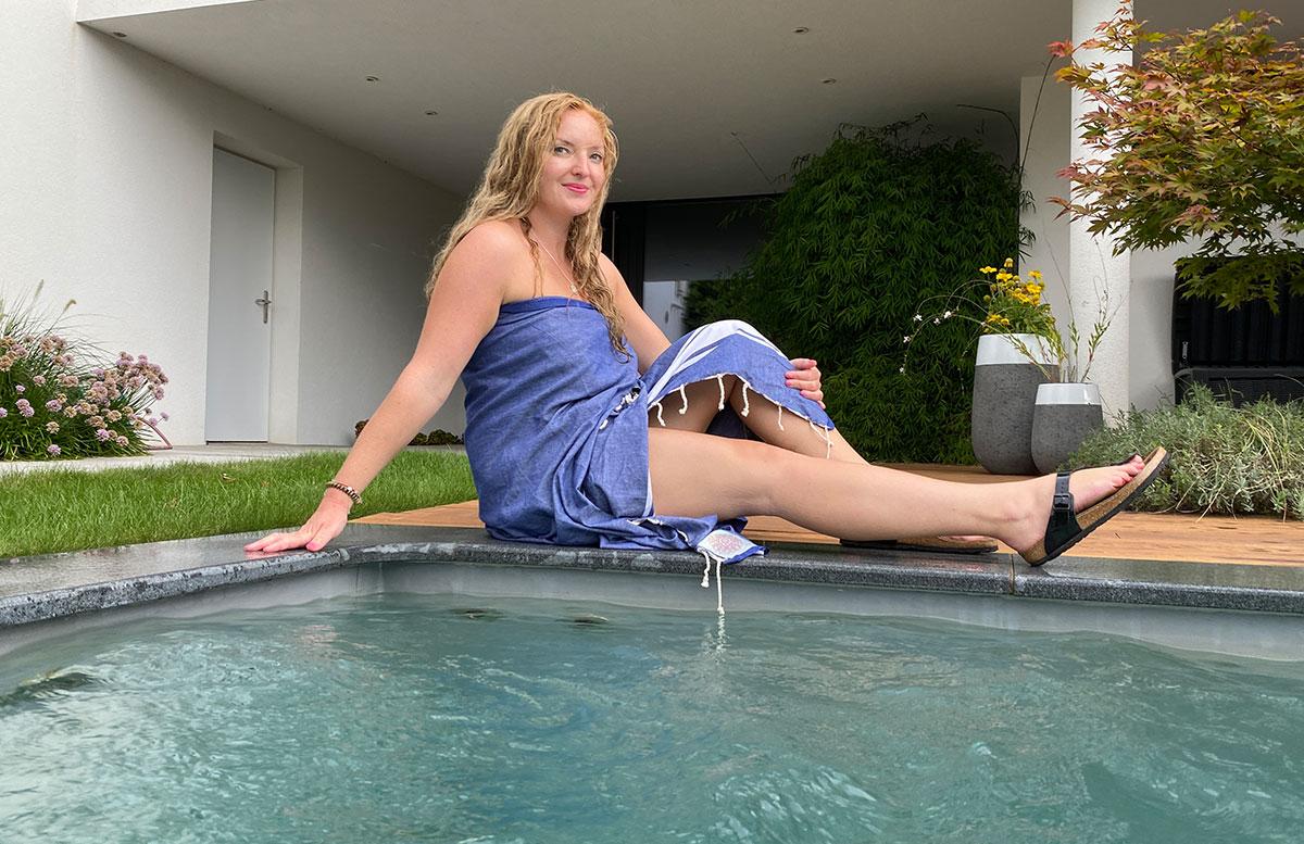 Hochwertige-Strandtücher-und-Badespaß-Zubehör-vicky-pool-lächeln