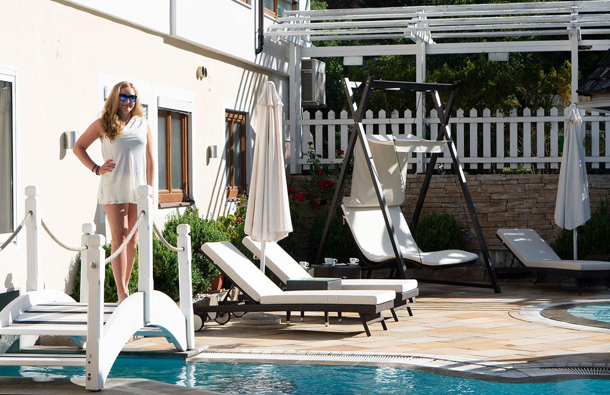 Hotel-Bismarck-in-Bad-Hofgastein-brücke-beim-pool