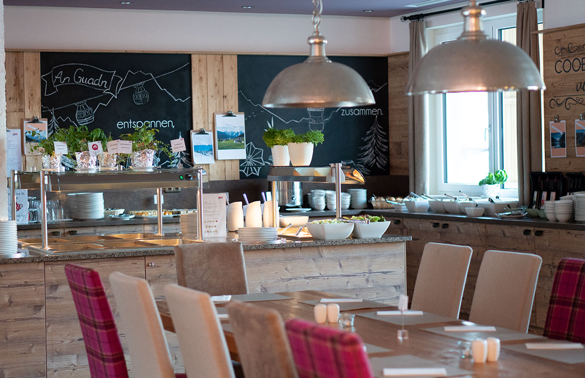 Hotel-COOEE-alpin-Dachstein-in-Gosau-essbereich-abend