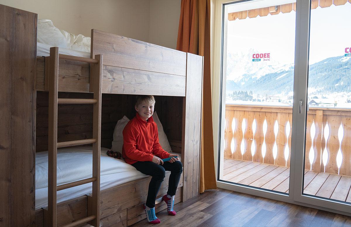 Hotel-COOEE-alpin-Dachstein-in-Gosau-lenny-im-hochbett