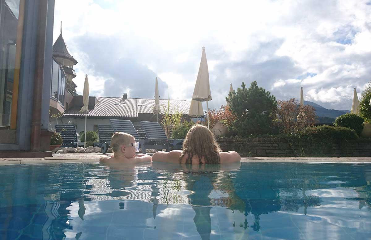 hotel-ebners-waldhof-am-see-im-pool-mit-lenny