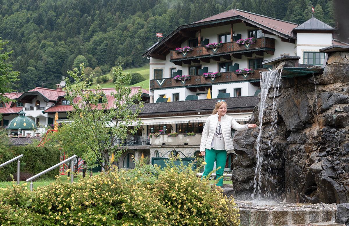 Hotel Gasteiger Jagdschlössl in St. Johann in Tirol hausfront mit wasserfall
