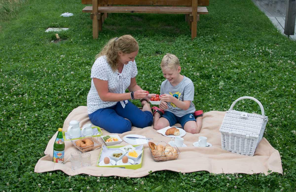 Hotel Gasthof Am Riedl in Koppl - der Riedlwirt frühstück im grünen picknick detail